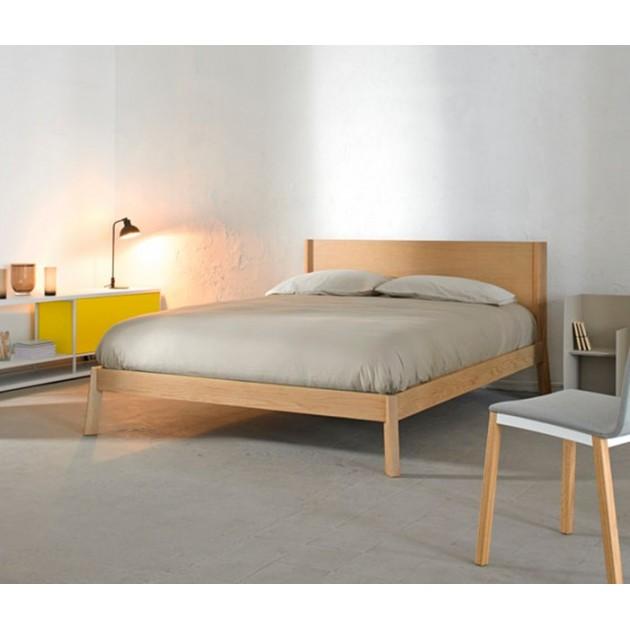 dormitorio con Cama breda sin dosel en roble de Punt Mobles