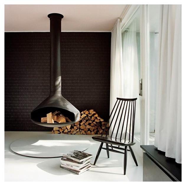 Habitación con hogaril y Lounge chair Mademoiselle lacado negro de Artek