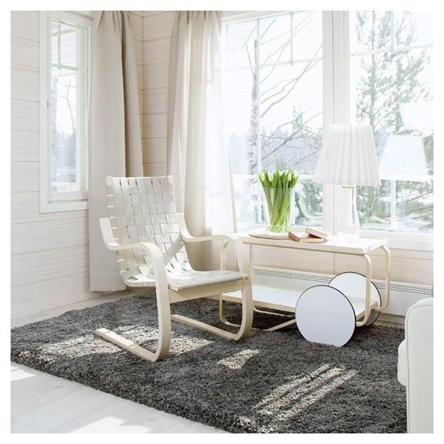 interior con Sillón 406 de Artek cinchas color natural/blanco
