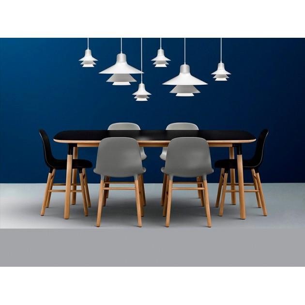comedor con colección Form sillas y mesa en roble y color de Normann copenhagen