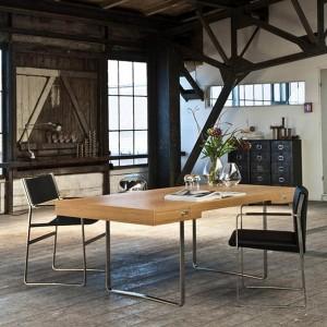 Ambiente oficina con mesa CH110 de Carl Hansen. Disponible en Moisés showroom