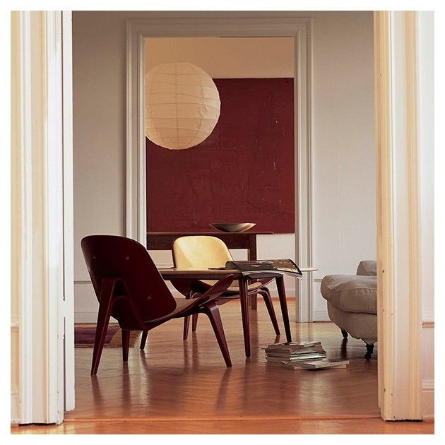 Ambiente interior con mesa ch008 en madera de nogal de Carl Hansen. Disponible en Moisés showroom