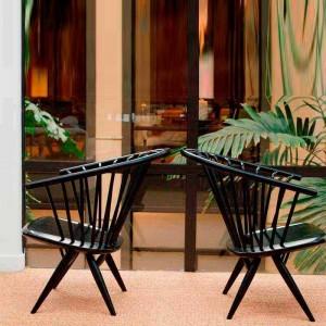 terraza con Sillas con brazos Crinolette color negro de Artek