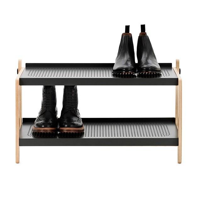 muestra uso Zapatero Sko Rack en color negro de Normann copenhagen. disponible en Moisés showroom