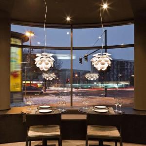 restaurante con lámpara suspensión Discocó 35 Marset blancas