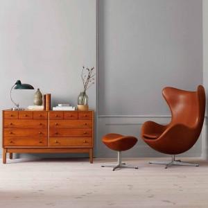 Ambiente con lámpara de mesa Kaiser Luxus y Sillón Egg de Fritz Hansen