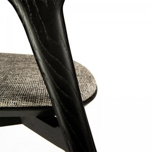 Silla Bok negra de Ethnicraft tapizada en Moises Showroom