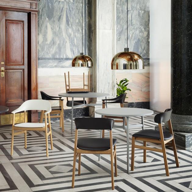 Salón con Sillas Herit con brazos color blanco y negro en roble ahumado de Normann Copenhagen