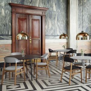 Sala con Sillas Herit con brazos color gris y negro de Normann Copenhagen