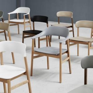 Ambiente con Sillas Herit Armchair en roble de Normann Copenhagen en Moises Showroom