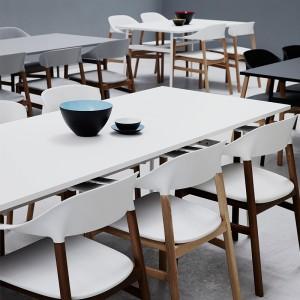 sala de prensa con Sillas Herit Armchair color blanco de Normann Copenhagen en Moises Showroom