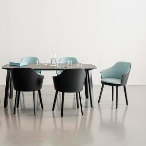 Silla Kaiak con brazos y asiento tapizado de Enea Design en Moises Showroom