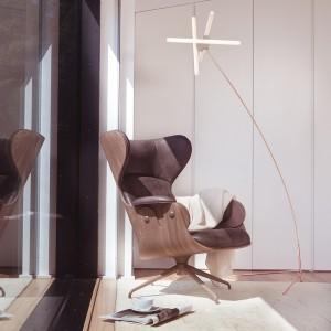 Butaca Lounger con carcasa de madera diseñada por Jaime Hayon para Bd Barcelona en Moises Showroom