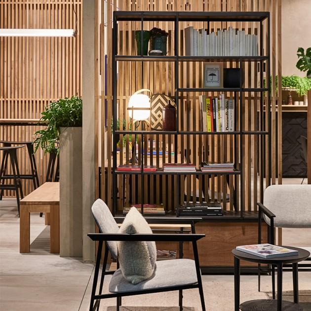 Estantería Oscar con 2 puertas correderas en madera de Teca de Ethnicraft en Moises Showroom