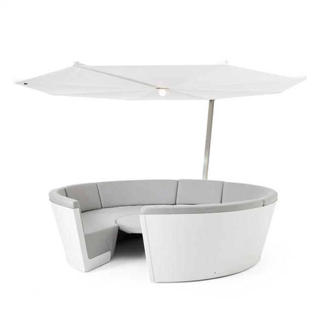 Composición Kosmos con asientos bajos y mesa ajustable color gris y parasol Inumbrina de Extremis, disponible en Moisés showroom