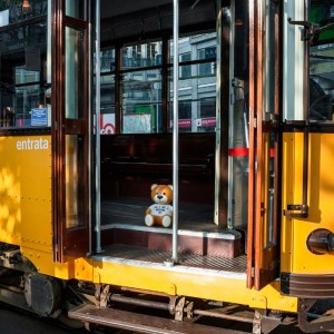 Lámpara Toy Moschino de Kartell en tranvía. Disponible en Moisés showroom