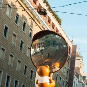 lámpara TOY de Kartell en ambiente exterior reflejo espejo.Disponible en Moisés showroom