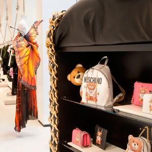 lámpara Toy de Kartell en vitrina de tienda Moschino. Disponible en Moisés showroom