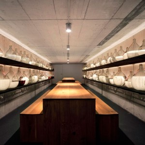 Ambiente interior Mesa Ponte en roble macizo de E15. Disponible en Moisés showroom