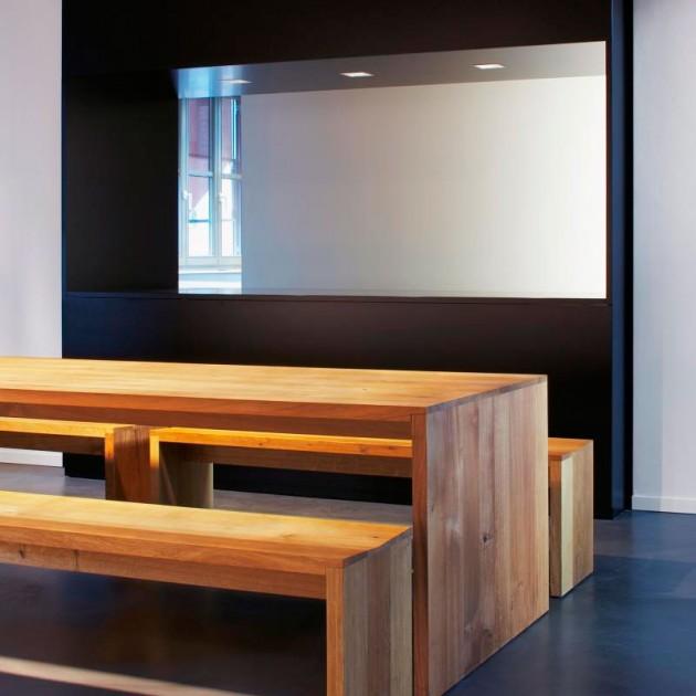 Sala de reunión con Mesa Ponte en roble macizo de E15. Disponible en Moisés showroom