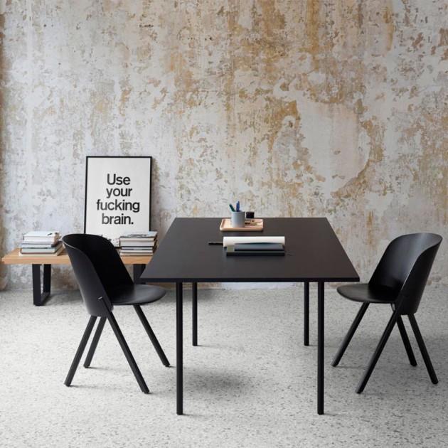 Ambiente reunión con Mesa Anton tablero negro patas acero negro de E15. Disponible en Moisés Showroom