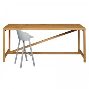 Mesa Platz roble macizo aceitado y taburete alto Other de e15. Disponible en Moisés showroom