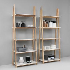Estanterías One Step Up Bookcase alta color blanco en exposición de Normann Copenhagen