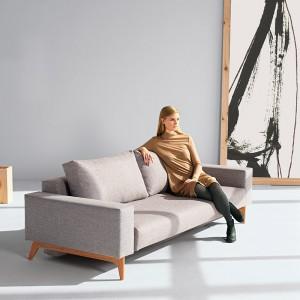 Chica sentada en Sofá cama Idun color gris 521 de Innovation Living