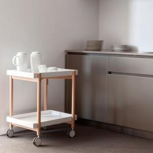 cocina con Carrito bar Mai Tai en roble color bandejas y ruedas blanco de Punt Mobles