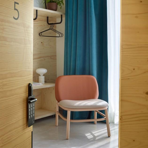 Ambiente 2 sillon respaldo bajo Lana madera de Ondarreta en Moises Showroom