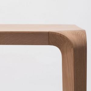 Detalle patas mesa Silu de Ondarreta en Moises Showroom