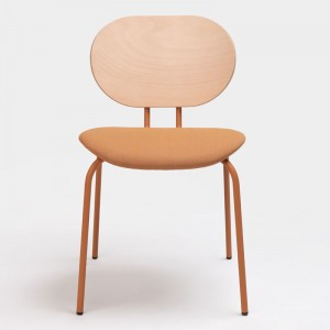 Delantera silla Hari respaldo de madera de Ondarreta en Moises Showroom