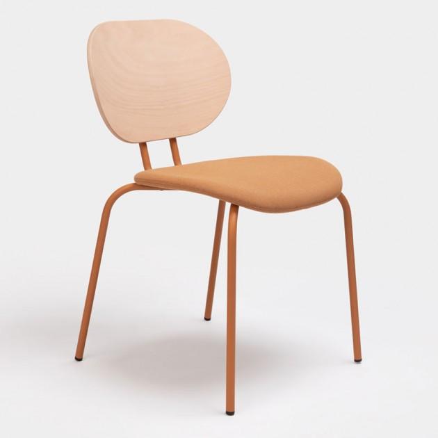 Frente silla Hari respaldo de madera de Ondarreta en Moises Showroom