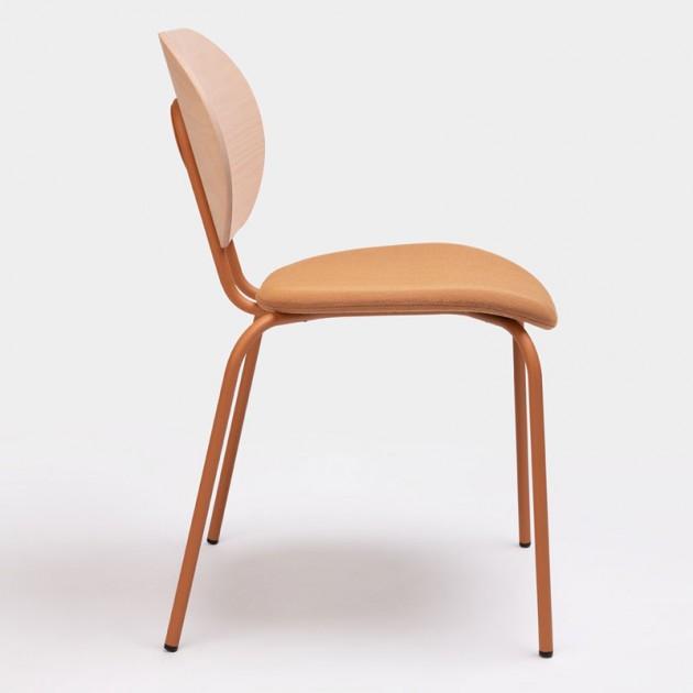 Lateral silla Hari respaldo de madera de Ondarreta en Moises Showroom