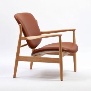 Butaca France Chair roble y piel de Finn Juhl en Moises Showroom