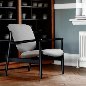 Butaca France Chair tapizado tela roble negro de Finn Juhl en Moises Showroom