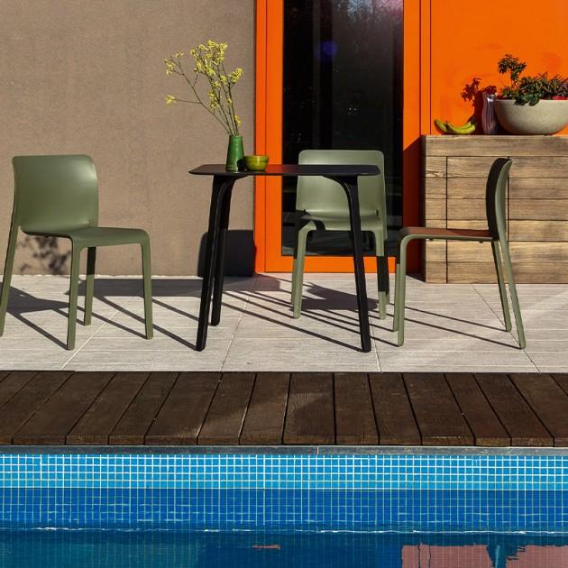 terraza con sillas Silla First Magis verde oliva