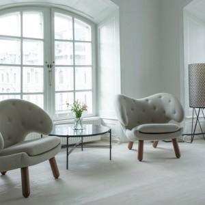 Sillón gris Pelican Chair con botones de House of Finn Juhl en Moises Showroom