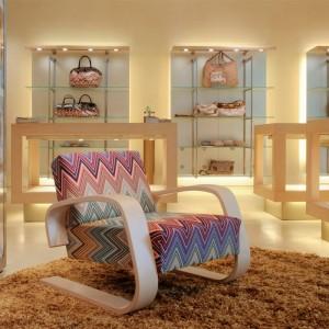 Tienda con sillón 400 Tank brazo abedul lacado natural Artek