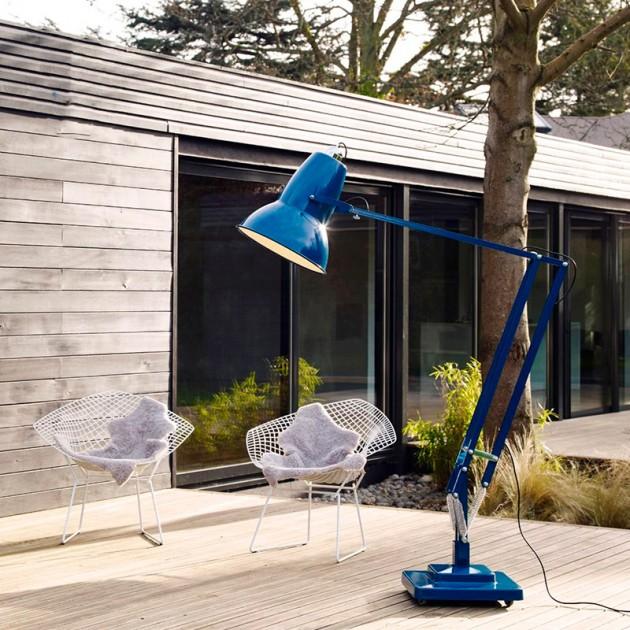 Lámpara Original 1227 Giant Outdoor Floor Lamp Anglepoise azul marino ambiente