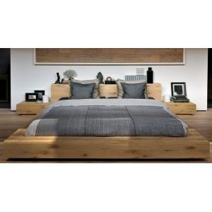 Dormitorio con Cama doble y mesillas colección Madra fabricada en Roble por de Ethnicraft.