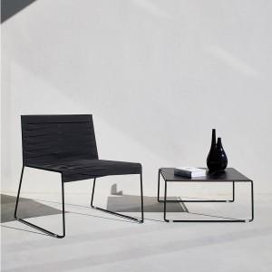 exterior con silla lounge Espiga negra y mesa baja