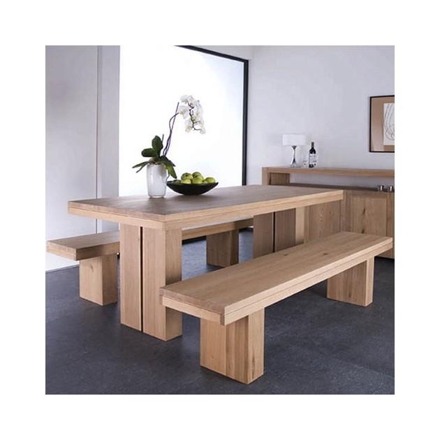 Ambiente cálido de la mesa extensible Doble en roble macizo de ethnicraft con bancos.