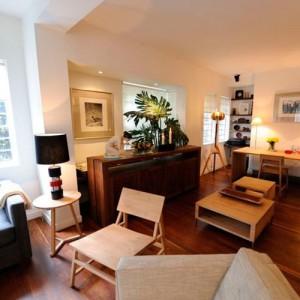 recepción de hotel con Mesa auxiliar Tripod junto a butaca N2 y mesa central de ethnicraft en madera de roble.