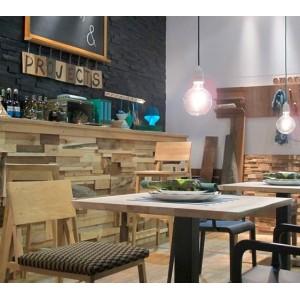 Taburete N4 ethnicraft de madera de roble expuesto en un bar