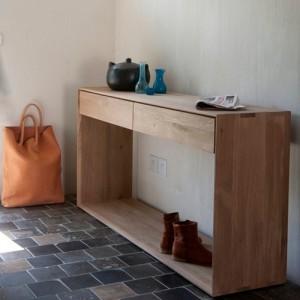 Consola Nordic con 2 cajones en el recibidor de una casa, fabricada en roble medidas 120x40x80 marca Ethnicraft