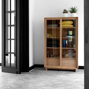 Vitrina wave en madera de roble natural expuesta en habitación blanca de Ethnicraft